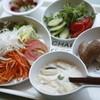 野菜がおいしいごはん - 料理写真:左/新鮮お野菜 手前/クラムチャウダースープ 右/しあわせをはこぶパンのパン