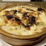 155270324 - トリュフ香るじゃがいものグラタン                         トリュフの香りにチーズやじゃがいもが合います♪                         この美味しさを伝えるのは難しい!                         これもバゲットにのせてパクッと、やっぱり旨い〜!