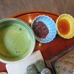 イクスカフェ - お抹茶が付きます。 焼いたお団子は餡とみたらしお好きな方をつけて。。