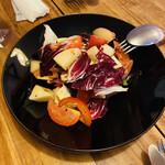 コンヴィーヴィオ - 料理写真:トマトとネクタリン、ブリーチーズのサラダ