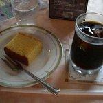 帝国ホテル喫茶室 - アイス珈琲とカステラのセット