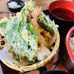 155310941 - さつまいも・玉ねぎ・ピーマン・海老・ナス・いんげんの他に葉っぱが2種で8種類ものビックな天ぷらたち!
