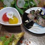鉄板dining香音 - キッシュ、ミニトマト甘煮、マグロ、サラダ