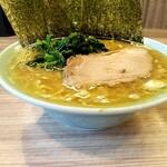155323673 - ラーメン並 730円。 スープが並々入る。並の量じゃない。