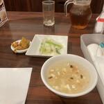 四川小吃 雲辣坊 - 最初にスープと副菜とザーサイが登場
