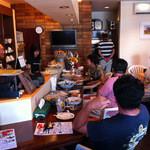 cafe小岩倶楽部 - リゾート感覚の居心地の良い店内