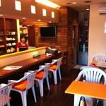 cafe小岩倶楽部 - カフェテラス風の明るい店内