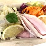 台所や - しらすのポテトサラダ 330円 自然豚のロースハム 550円 詰め合わせにしていただきました。