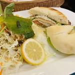 cafe The Plant Room - スモークサーモンとカマンベールチーズのベーグルサンド