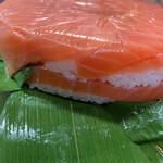 魚づ鱒寿し店 - 鮮やかなマスの色。分厚いの伝わります??