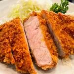 とんかつ 燕楽 - ロースカツ定食 ¥2,200  厚みがありジューシー。ヒレ同様最初の一口はいいが食べ進めると火が入り過ぎます。付け合せのキャベツは池上に比べ太め。漬物は古漬けで好みでした。広くて家庭的な燕楽でした。