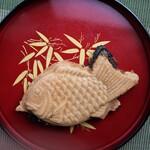 鯛あん亭 - 牛すじ黒カレーの鯛焼き180円