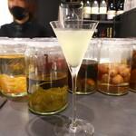 BAR&DINING KAZEMACHI - バジルウォッカのギムレット。植物的な香りがいっぱいに広がる、ユニークな一杯