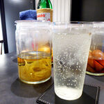 BAR&DINING KAZEMACHI - バジル漬けジントニック。何となくアジアンな香りを、ブラックペッパーがピリリと引き締める