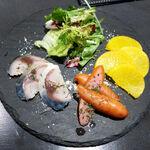 BAR&DINING KAZEMACHI - 燻製3点盛(〆鯖・ウインナー・たくあん)。今回のチョイスは日本酒向けです