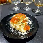 BAR&DINING KAZEMACHI - こぼれいくらの燻製ポテトサラダ(¥780)。自家製コンビーフの燻製も、たっぷり入る