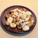 BAR&DINING KAZEMACHI - 燻製ミックスナッツ。ビールにも合うが、特にウイスキーと相性が良い