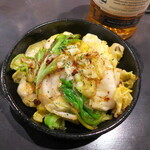 BAR&DINING KAZEMACHI - 燻製アンチョビキャベツ(¥748)。お店の隅っこで炒めるわけだが、その香りが食欲をそそりまくり!