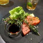 BAR&DINING KAZEMACHI - 燻製厚切りハムステーキ(ハーフ¥680)。燻製醤油も添えられ、間違いなく酒が進む一品