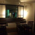 BAR&DINING KAZEMACHI - 落ち着いた雰囲気で、一人客の訪問も多い。燻製系フードが充実しており、ダイニングとしても使える