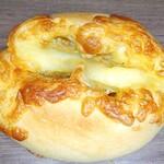 155444090 - チーズカレーパン221円