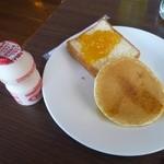 オールデイダイニング オーシャングリル - ヤクルト、パン(たんかんジャム)、ホットケーキ