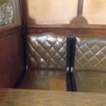 15546909 - レトロな椅子です。美女が座ってればもっとええんですが。(笑)