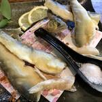 丹一 - 一押し!鮎の唐揚げ 1320円 一人前二尾。身は食べやすくカットされています。 塩と特製カプシカムソルトでいただきます。 頭まで、ガブリ♡