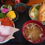 浜めし - 料理写真:五色丼イワシフライ付き