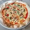 ラ カルモ - 料理写真:本日のピッツァ 牛挽肉とインゲン・プチトマトのマヨネーズピッツァ!そのままの名前が長い!縁の膨らみ方と焼き加減が良い感じ!