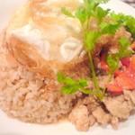 ビジ - 鶏ひき肉のタイバジル炒め&玄米