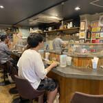 創作カレー ツキノワ - 店内は男性率高し。でもオシャレで柔らかい雰囲気のご店主なので女子お一人様でも大丈夫です♡