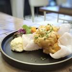 155532470 - ◆海老マヨだけかと思いましたら、副菜もタップリ。好きな海老せんべいまで。♪