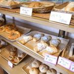 クイーンズベーカリーカフェ - 店内のパン