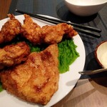 旬感 元家 - 元家の鶏の唐揚げ。ソース付き