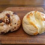 トモヱベーグル - 料理写真:オーガニックレーズン&くるみ(左)とダブルチーズ(右:チェダーチーズとモッツアレラ)