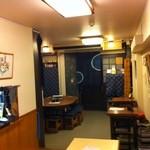 桃太郎 - 店内。座敷から入口側を。