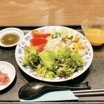 重慶厨房 - 冷麺 棒々鶏冷麺 レタスに胡瓜にトマト、野菜多めで夏らしく見た目にも涼しげです。 別添えの追いダレをかけましたが、既に麺にはタレが絡めてありましたので、追いがけしなくても良かったような気がします。