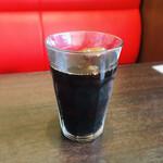 CAZAN 珈琲店 - アイスコーヒー 大きめグラスにたっぷり