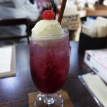 きりん珈琲 - 紫蘇とハイビスカスのクリームソーダ