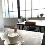 CAFE&DINER kotonoha - キャラメルラテと窓際のテーブル席
