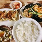 龍王 - 豚肉、玉子と木耳炒め定食+焼餃子セット(800円)