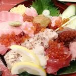 ニダイメ 野口鮮魚店 - うまい丼DX  2178円 マグロは、赤み、中トロ、大トロ、ねぎま、串焼き、浸けマグロと種類が豊富。それに、ウニ、イクラ、玉子。