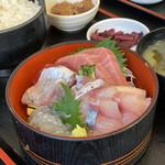 まぐろ食堂 七兵衛丸 - 料理写真:イキ活き刺身定食