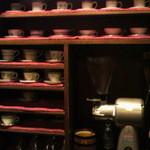 Kadumakohiten - カウンターの目の前の棚