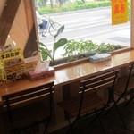 ベーカリー MIKI - 店内で食べることができる小さなスペース