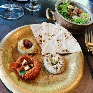 カールヴァーン ブルワリー&レストラン - ナス、ヒヨコ豆など3種のメゼとサラダ
