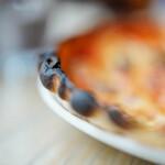 """155739801 - """"意大利薄餅(ピッツァ)""""、《鯷醢橄欖(アンチョビ・オリーヴ、かたくちいはしのしほづけ+オリーヴ)》、焦(こ)げ"""