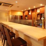 青山杏亭 - 幅1mの檜の1枚板のカウンターは、お一人でもお気軽に。