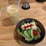 Soup Curry 笑くぼ - サラダとマンゴーラッシー めずらしく豆腐のサラダ。これはこれで良い❤